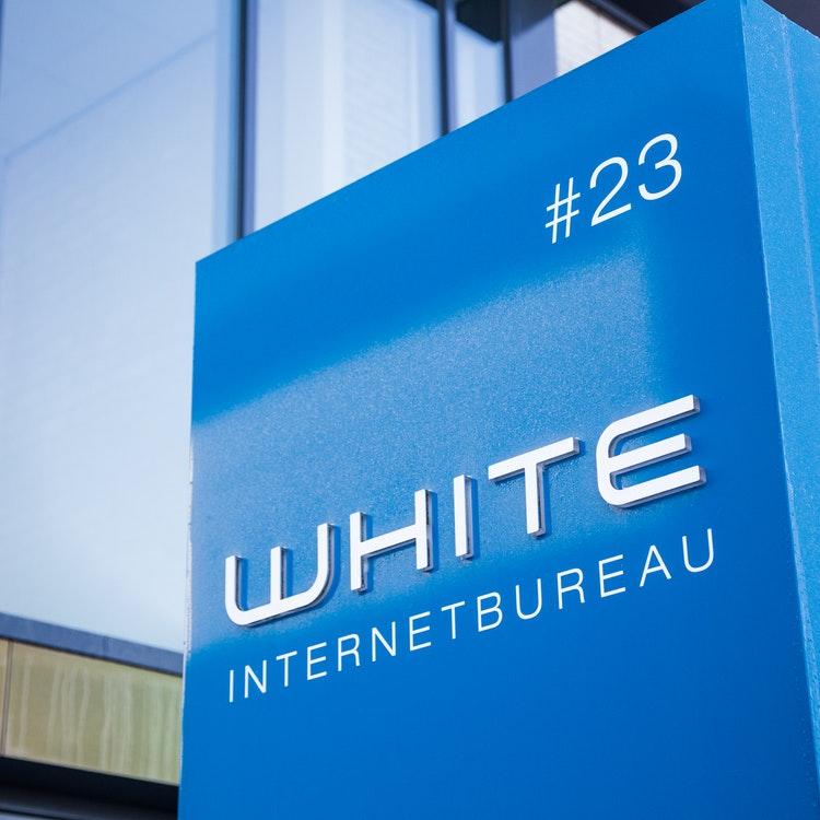 WHITE Internetbureau - Bord bij entree
