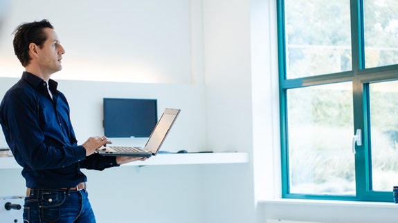 WHITE internetbureau - Mattijs met laptop